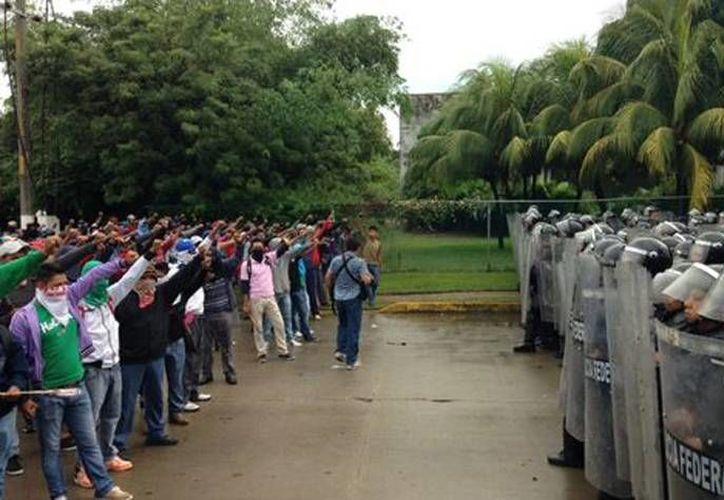 Elementos de la Policía Federal impiden el paso a normalistas hacia el aeropuerto. (José Antonio Belmont/Milenio)