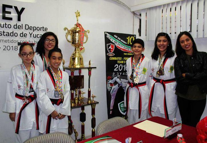 La edición 10 de la Copa México Sureste se realizará en el Polifórum Zamná en diciembre. En la foto, Oli Medina López (de negro), campeona mundial, con yucatecos ganadores. (SIPSE)