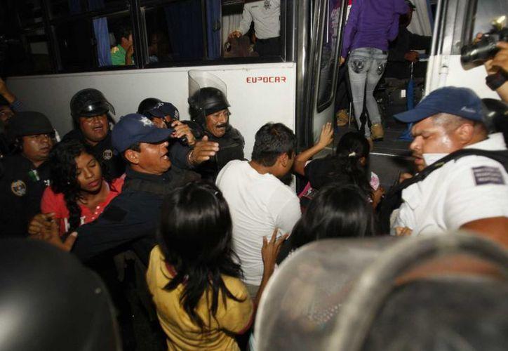 Elementos de la policía estatal detuvieron a 162 estudiantes normalistas, luego de que los integrantes de la CENEO incendiaron un camión de una empresa refresquera y realizaran actos vandálicos. (Notimex)