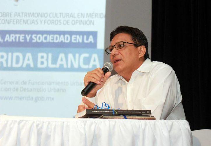 Imagen del maestro Miguel Antonio Güemes Pineda durante su ponencia acerca de palabras y frases típicas de Yucatán. (Milenio Novedades)