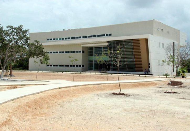 A media semana, el gobernador Rolando Zapata y el director de la AEM, Francisco Mendieta, firmaron un convenio para impulsar la investigación en el tema espacial. (SIPSE)