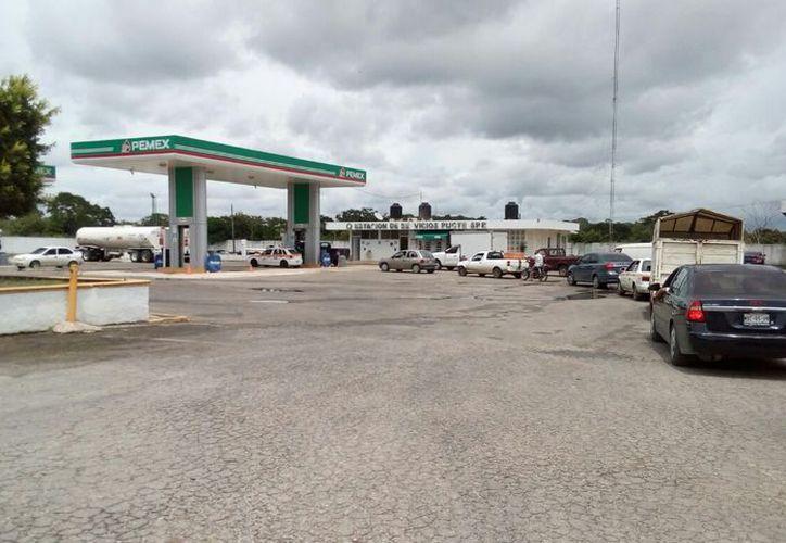 Las gasolineras lucieron semivacías a unas horas después de que anunciaran el cierre de comercios. (Carlos Castillo/SIPSE)