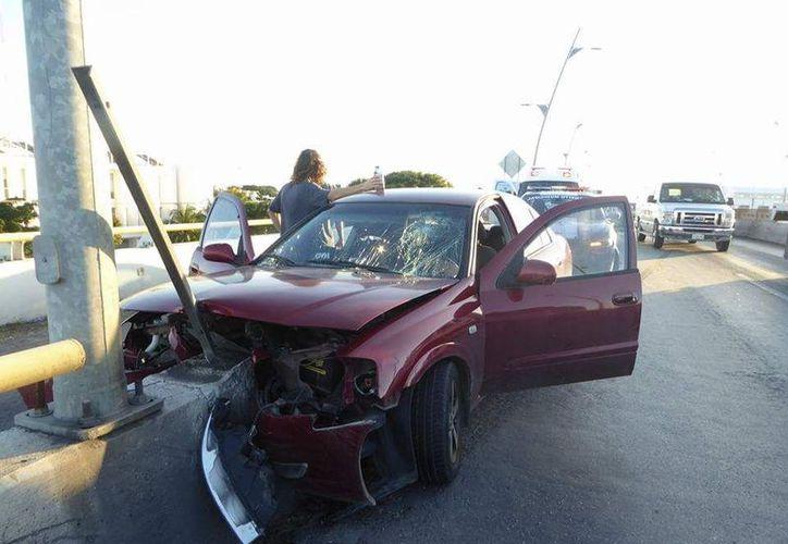 El conductor no alcanzó a salir en la desviación chocando contra el muro de contención. (Foto: Redacción/SIPSE)