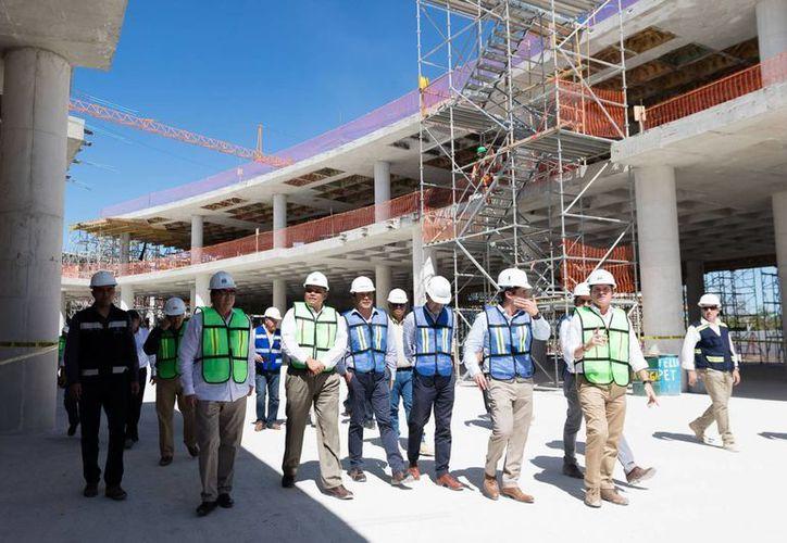 El gobernador Rolando Zapata estuvo este lunes al norte de Mérida, donde se construye el Complejo Vía Montejo. Su construcción da empleo directo a dos mil personas y cuando esté lista dará empleo a por lo menos tres mil más. (Fotos cortesía del Gobierno)