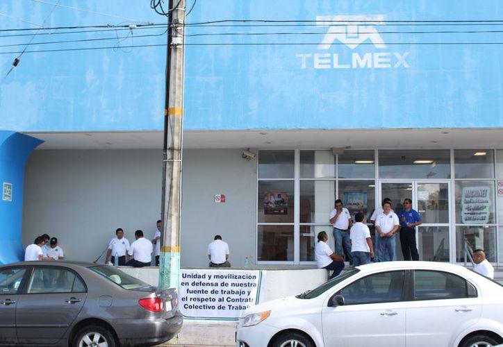 Desde hace varios días, los trabajadores de Teléfonos de México iniciaron su movimiento para defender el contrato colectivo. (Joel Zamora/SIPSE)