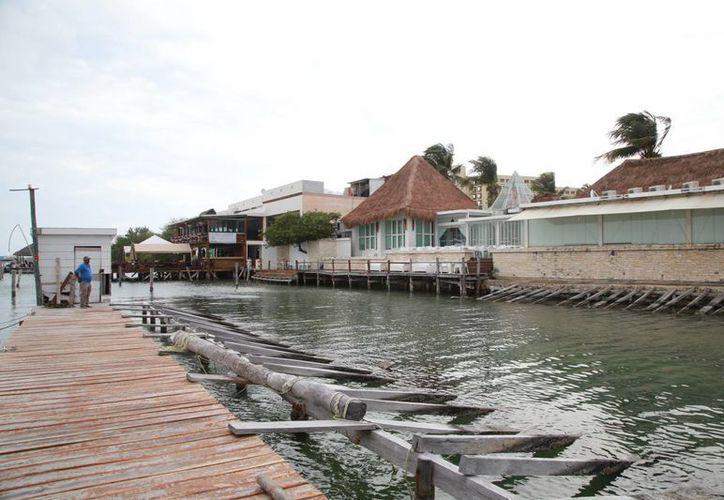 Las aguas negras provenientes de los hoteles contaminan la Laguna Nichupté. (Luis Soto/SIPSE)