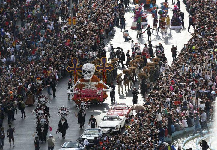 La película Spectre de James Bond inspiró al primer desfile de Día de Muertos en la Ciudad de México. (AP Photo/Marco Ugarte)