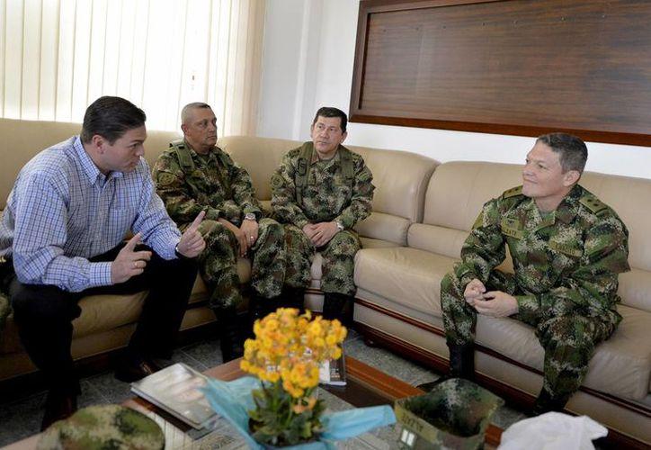 Alzate (der.) es el militar de mayor rango que ha sido capturado por las FARC; acumuló 33 años de servicio en el Ejército. (AP)