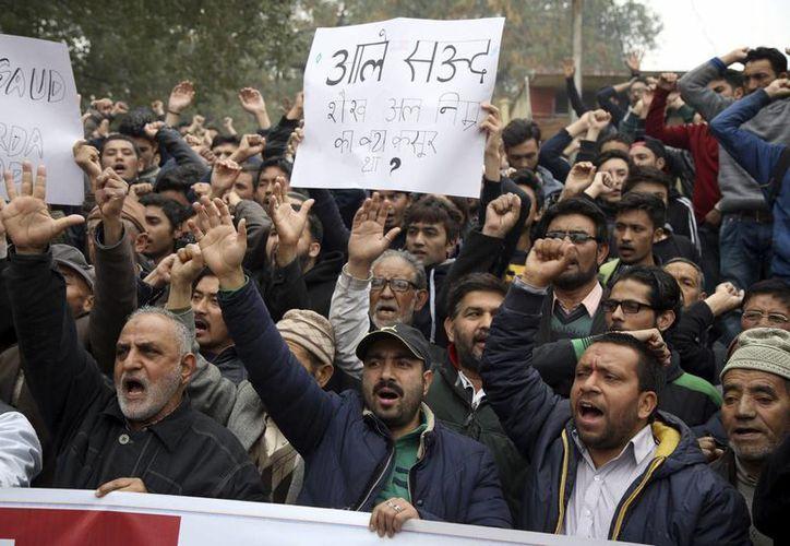 Varios musulmanes chiíes indios corean consignas contra Arabia Saudita durante una protesta en Jammu, por la ejecución del clérigo opositor chií Nimr Baqir al Nimr en Arabia Saudí. (EFE/Archivo)