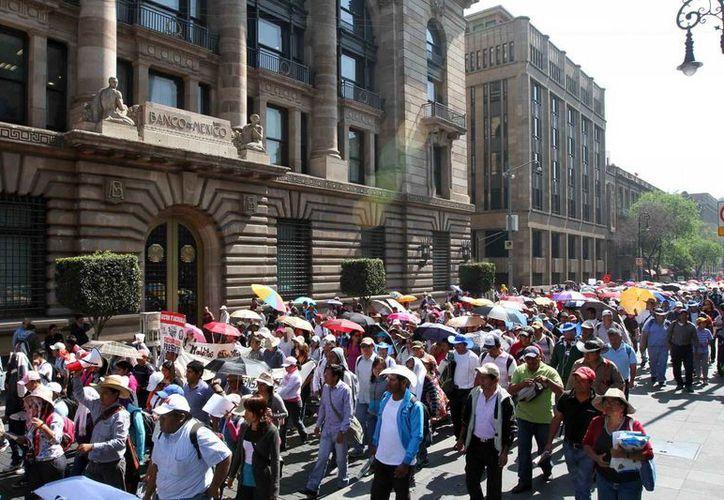 Integrantes de la CNTE, procedentes de Oaxaca, Michoacán, Guerrero, Chiapas y el DF marcharon del Zócalo a la sede de la Secretaría de Gobernación, provocando problemas viales. (Notimex)