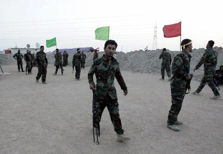 Integrantes de la milicia chiíta iraquí Kitab al-Abbas participan en un entrenamiento con las fuerzas armadas cerca Ramadi, al suroeste de Irak. (EFE)