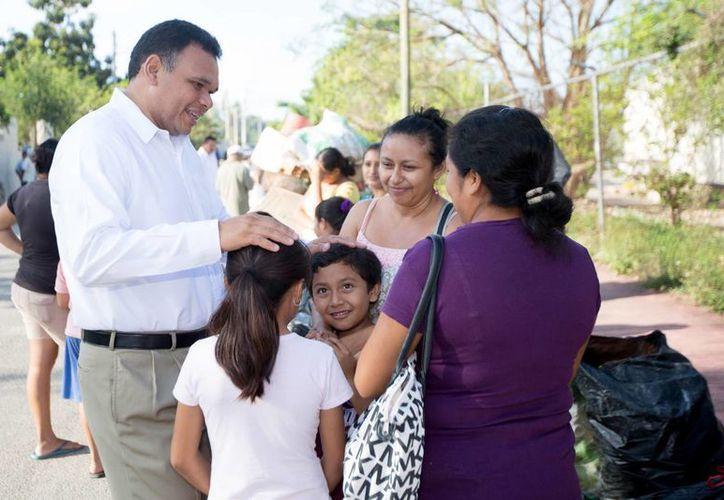 El Gobernador convivió con algunas vecinas del municipio de Kanasín. (Milenio Novedades)