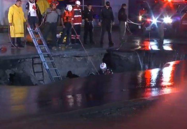 Tras cuatro horas, los rescatistas lograron sacar el vehículo, el cual quedó destruido. (Milenio)