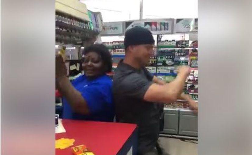"""Tatum charló con la cajera y luego bailó con ella al ritmo de """"If I Ruled The World"""" de Nas. (HEY/Facebook)"""