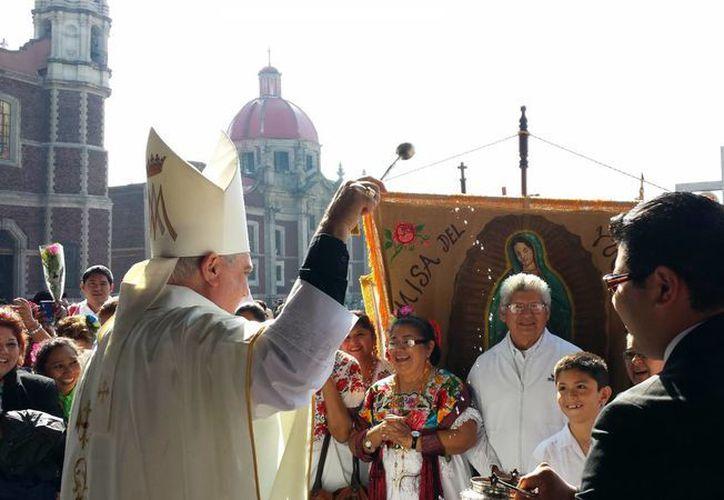 El Arzobispo de Yucatán bendice a los fieles en la Basílica de Nuestra Señora de Guadalupe en la Ciudad de México. (Milenio Novedades)