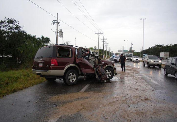 La camioneta quedó destrozada del lado del copiloto. (Redacción/SIPSE)