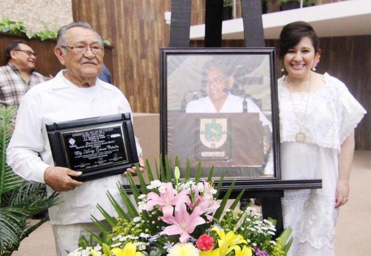 El profesor Elly Yerbes recibió este lunes el reconocimiento 'Diputado Pánfilo Novelo Martín', que otorga el Congreso del Estado de Yucatán. (Fotos cortesía del Gobierno)