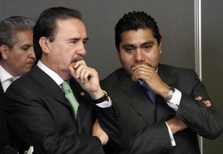 El senador Jorge Luis Preciado (der), quien platica con Emilio Gamboa, dijo que el dictamen de la desaparición de poderes en Guerrero se presentará al pleno el 4 de noviembre. (Archivo/Notimex)