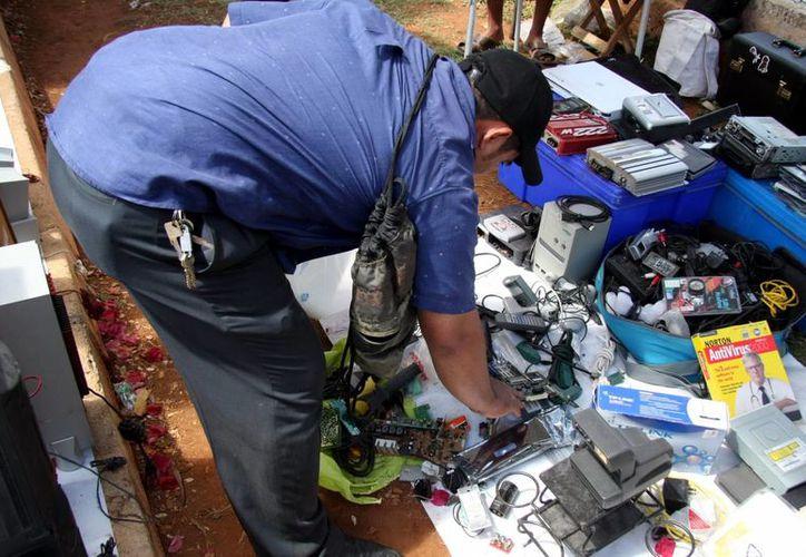 Universitarios invitan a la sociedad a reutilizar los residuos. (José Acosta/SIPSE)