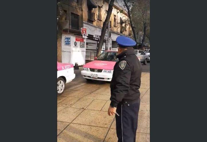 Por su amabilidad y carisma, un policía de tránsito de la Ciudad de México, se ha vuelto viral en redes sociales. (Foto: Captura de video)