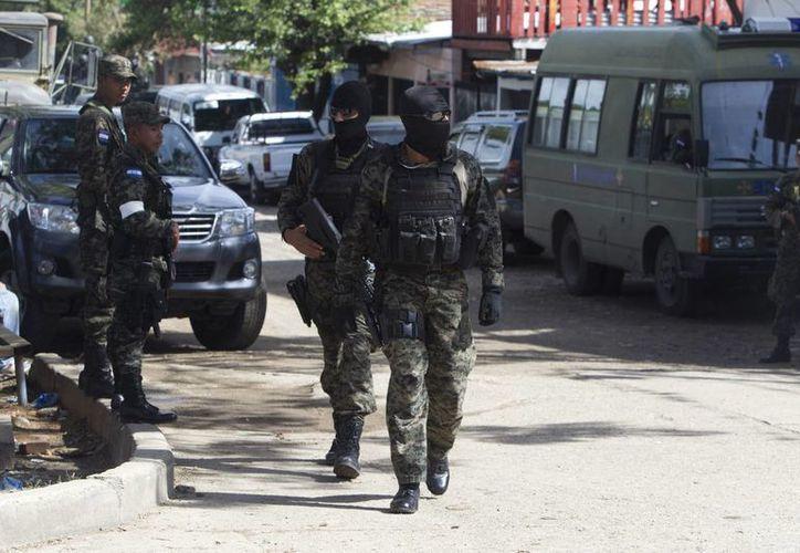 Un grupo de efectivos de la Policía Militar vigila una calle de la colonia La Pradera de Tegucigalpa, Honduras. (Archivo/EFE)