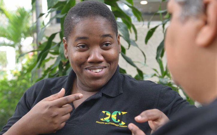 Angelina Jackson, directora de la única organización de mujeres lesbianas y bisexuales registrada que hay en Jamaica, conversa con una amiga en Kingston. (Agencias)