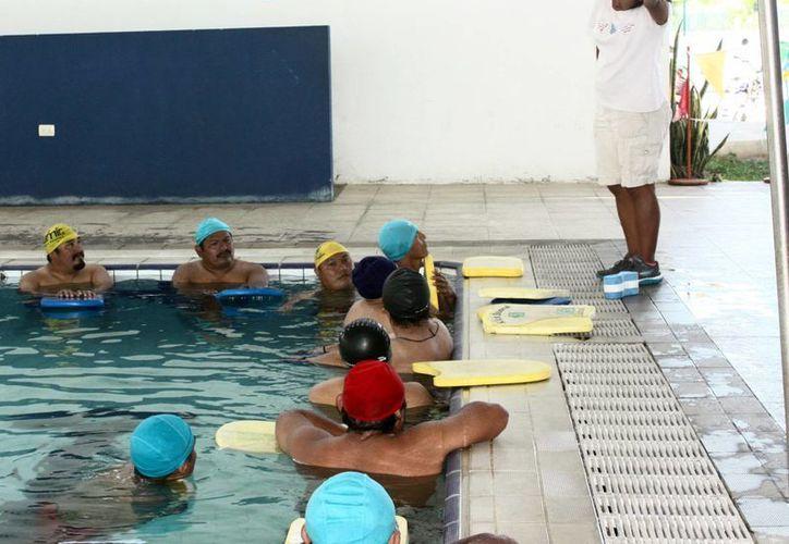 En el centro acuático de Cd. Caucel personal del  Instituto Municipal del Deporte entrena a los trabajadores. (Milenio Novedades)