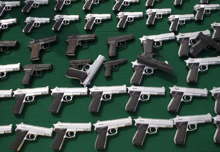 Algunos distritos escolares en Texas ya permiten a los profesores portar, de manera oculta, una pistola mientras imparten clases. (Agencias)