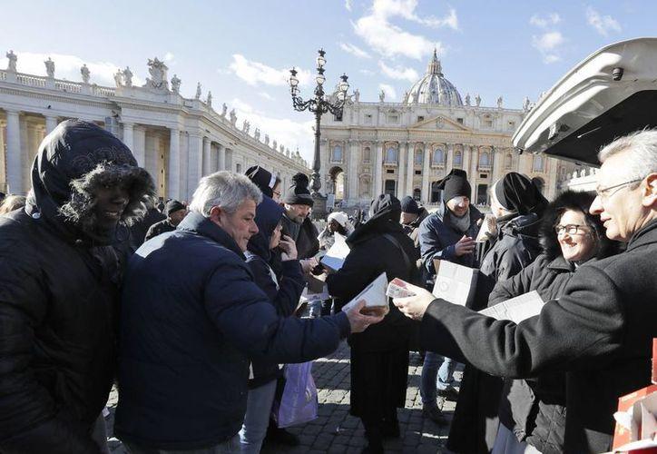 Monjas distribuyen comida y bebida a desamparados en la plaza de San Pedro, en el Vaticano. (AP/Andrew Medichini)
