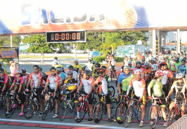 Imagen del banderazo de salida de la II Ruta Ciclista Sadasi, en Los Héroes. (Milenio Novedades)