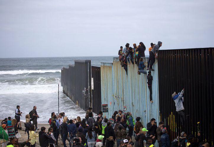 Diez de ellos enfrentan un cargo menor por supuestamente ingresar ilegalmente a Estados Unidos. (Notimex)