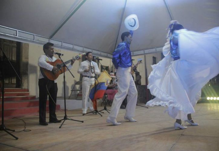 Representantes de Ecuador durante su participación en el primer festival internacional de música y danza tradicional 'El Mundo en un Pueblo Maya', que llegó a su fin este martes. (Foto tomada de Facebook)