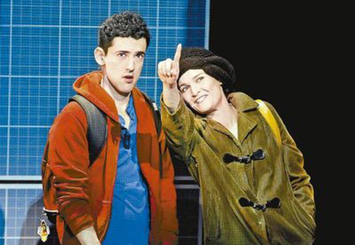 Luis Gerardo Méndez interpreta a un joven con Asperger en la obra El curioso incidente del perro a medianoche. (Milenio)