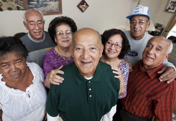 De izquierda a derecha, Caridad León, Emigdio Garro, Elsa González, Gerardo Garro, Zoa Garro, Roberto Garro, y José Antonio Garro posan para un retrato de familia en el hogar Garro en Keller, Texas. (Agencias)