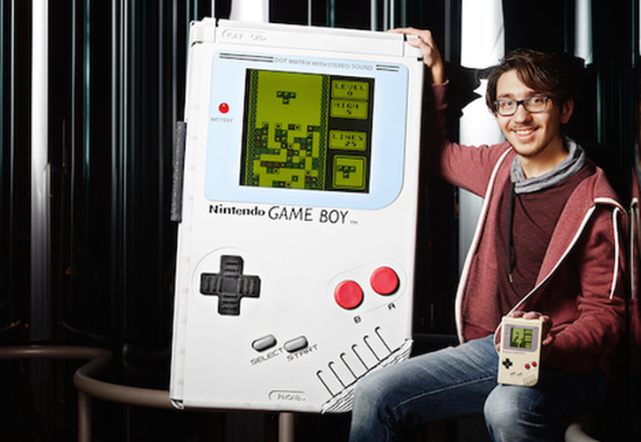 El Game Boy mide un metro de alto por medio metro de ancho. (Business Insider)