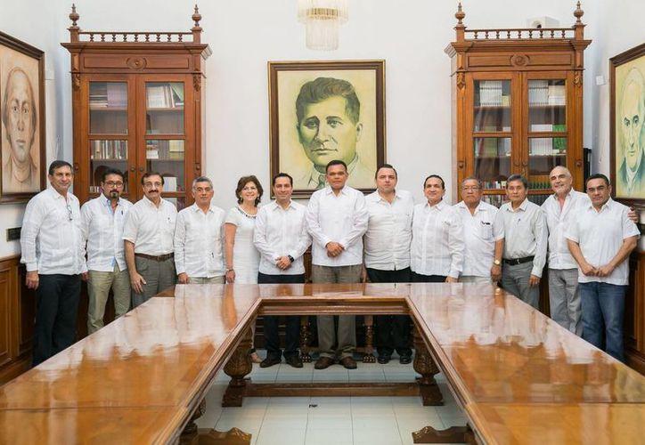 El Gobernador de Yucatán, Rolando Zapata, y el alcalde meridano Mauricio Vila, presidieron este lunes (foto) la firma de acuerdo para invertir en obras públicas en el Centro Histórico de Mérida. Este martes el cheque correspondiente fue entregado a Vila. (SIPSE)