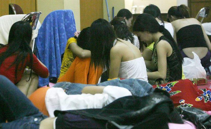 Las niñas son captadas para la prostitución con elogios y ofertas de hacer dinero. (Archivo/EFE)