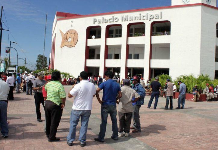 La movilización de trabajadores sindicalizados de Othón P. Blanco concluyó ayer con el depósito de la segunda parte del aguinaldo. (Francisco Sansores/SIPSE)