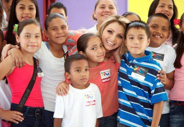 Angélica Rivera estuvo acompañada por el gobernador de Coahuila, Rubén Moreira durante la inauguración del albergue 'Camino a Casa'. (Notimex)