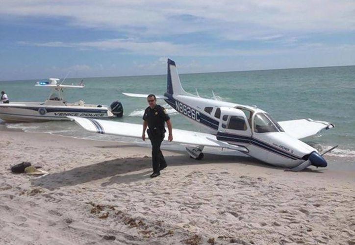 El hombre que murió y su hija, que resultó gravemente herida, caminaban en la playa cuando les cayó la avioneta. (nydailynews)