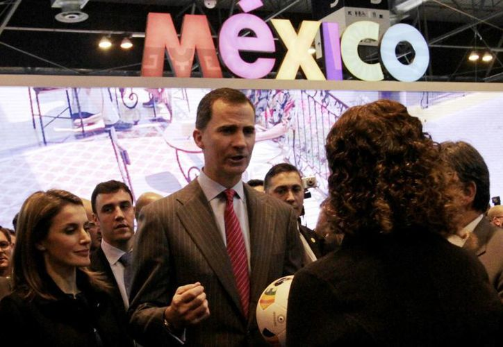 Los Príncipes de Asturias, Felipe y Letizia, a su paso por el pabellón de México en la FITUR de Madrid. (Notimex)