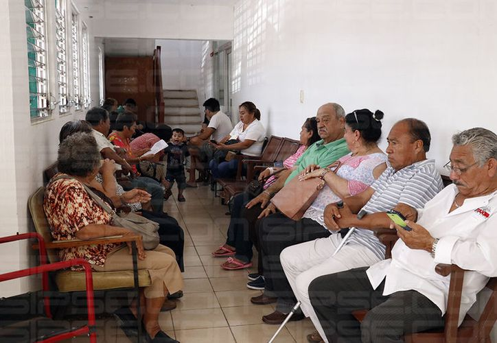 Los afectados jubilados acudieron este jueves mismo a la Fiscalía General del Estado a presentar una denuncia contra los presuntos responsables. (José Acosta/SIPSE)