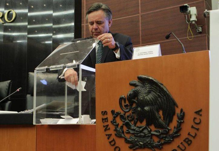 Como era previsible, luego de ser cuestionada su postulación, la elección de Eduardo Medina Mora como magistrado de la Corte se dio por mayoría. (Foto Notimex)