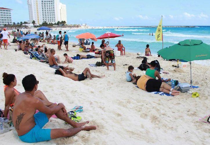 Los visitantes abarrotan las playas de Cancún. (Luis Soto/SIPSE)