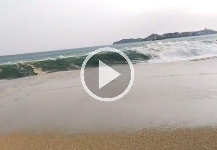 Banderas rojas fueron colocadas en franja de arena para prevenir al turismo sobre las fuertes marejadas. (UnoTv)