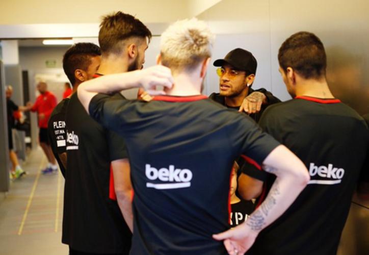 Neymar aprovechó que no pudo jugar este fin de semana en la Ligue 1, para darle una sorpresa a sus ex compañeros del Barcelona. (Twitter).
