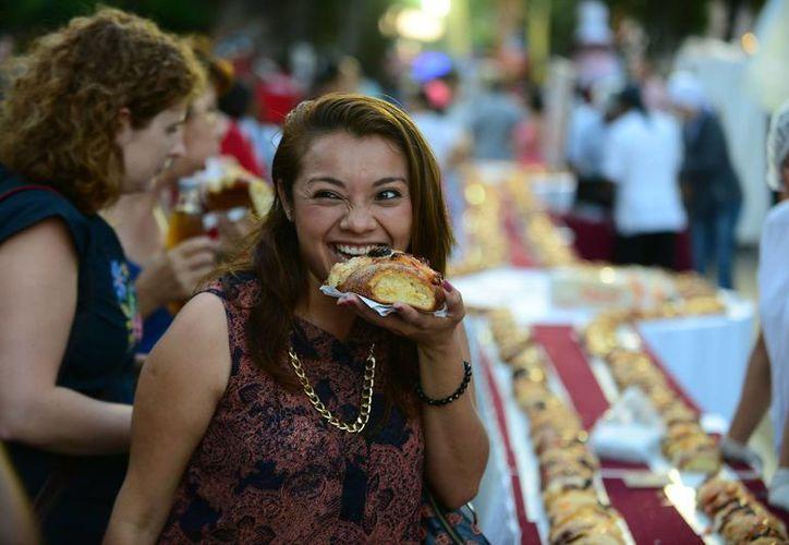 Desde hace 19 años se realiza la mega-rosca de Reyes que organizan hoteles de Mérida. (Luis Pérez/SIPSE)