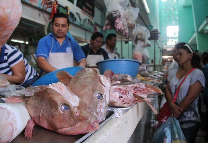Expendedores consideran que el mal tiempo no será factor para garantizar el abasto de pescados, pero en cuanto a costos, ya hubo un alza tanto en marisco como en pescado. (Jorge Acosta/SIPSE)