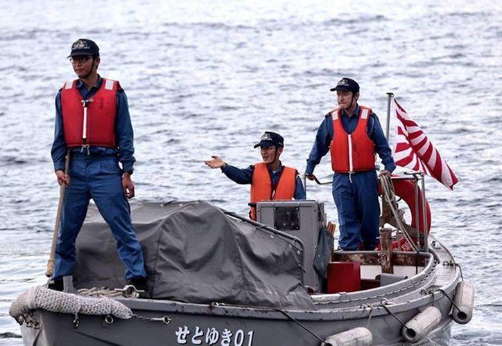 Los  718 marinos y 169 oficiales japoneses llegaron en tres buques a México. En la imagen, un grupo de ellos a bordo de una lancha en la bahía de Acapulco. (Foto: excelsior.com)