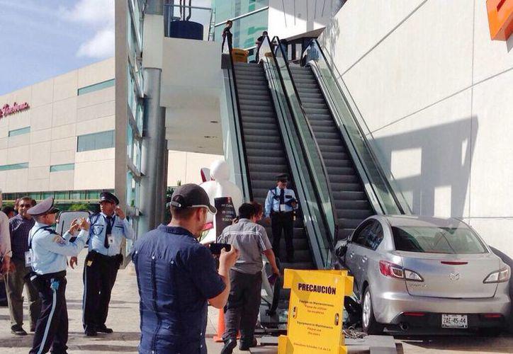 La administración de Plaza Altabrisa exige el pago de dos millones de pesos por los daños causados a la escalera eléctrica el pasado martes. (SIPSE)